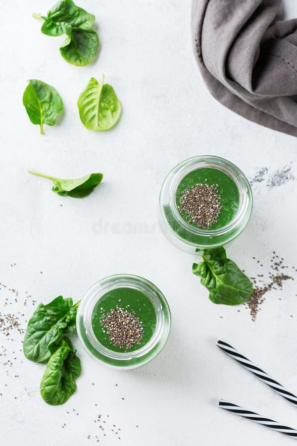 Υγιής πράσινος vegan καταφερτζής με τους σπόρους σπανακιού, spirulina και chia στοκ φωτογραφία