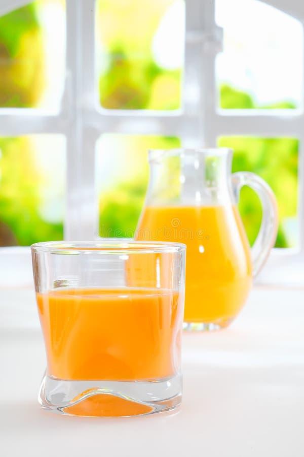 Υγιής πρόσφατα συμπιεσμένος χυμός από πορτοκάλι στοκ φωτογραφίες