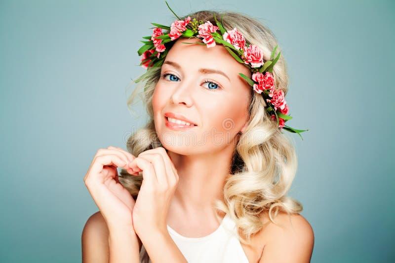 Υγιής πρότυπη γυναίκα που φορά το στεφάνι λουλουδιών στοκ φωτογραφία