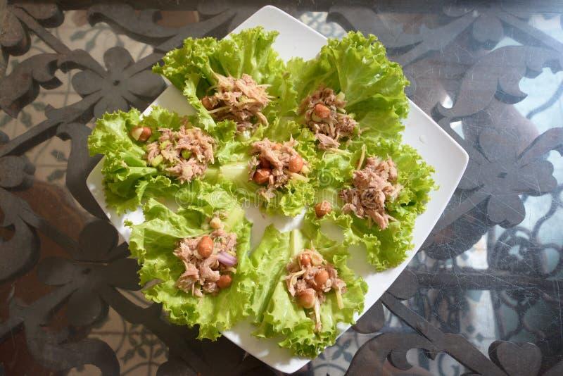 Υγιής ρόλος σαλάτας περικαλυμμάτων με τον τόνο στοκ φωτογραφία με δικαίωμα ελεύθερης χρήσης