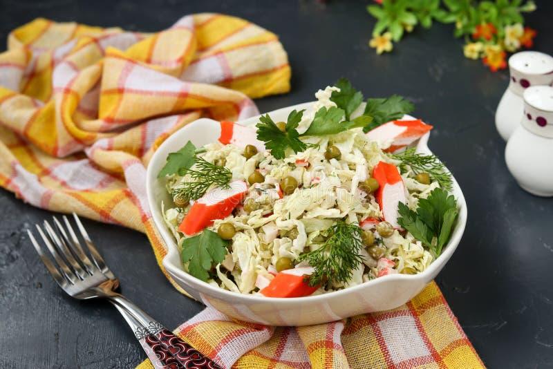 Υγιής σαλάτα με το κινεζικό λάχανο, τα κονσερβοποιημένα μπιζέλια και τα ραβδιά καβουριών στοκ φωτογραφία με δικαίωμα ελεύθερης χρήσης
