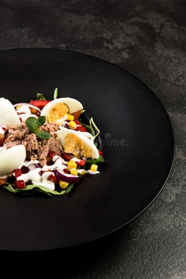 Υγιής σαλάτα στο σκοτεινό πιάτο Πιάτο εστιατορίων, υγιής κατανάλωση στοκ φωτογραφία
