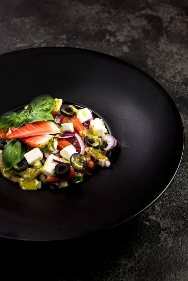 Υγιής σαλάτα στο σκοτεινό πιάτο Πιάτο εστιατορίων, υγιής κατανάλωση στοκ εικόνες