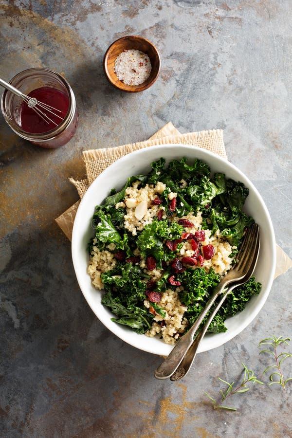Υγιής σαλάτα κατσαρού λάχανου και quinoa στοκ φωτογραφίες