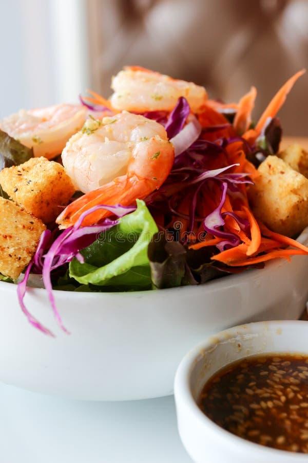 Υγιής σαλάτα με τις μαγειρευμένες γαρίδες στοκ εικόνες