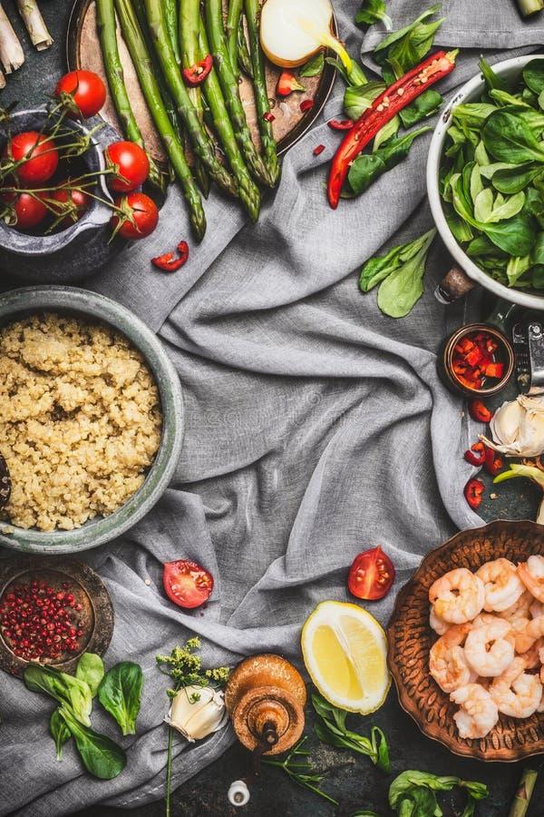 Υγιής σαλάτα με το σπαράγγι και μαγειρευμένοι quinoa σπόροι, προετοιμασία στο αγροτικό υπόβαθρο με τα διάφορα οργανικά λαχανικά,  στοκ φωτογραφία με δικαίωμα ελεύθερης χρήσης