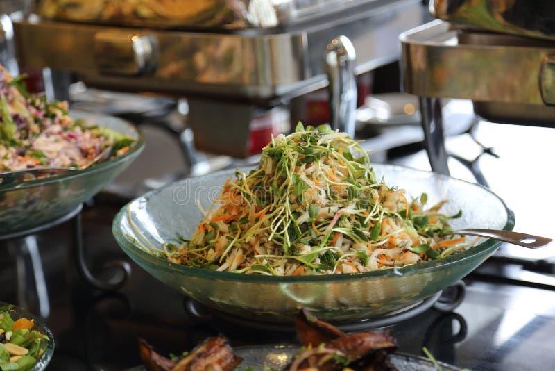 Υγιής σαλάτα των φρέσκων λαχανικών και βλαστημένος στοκ εικόνα