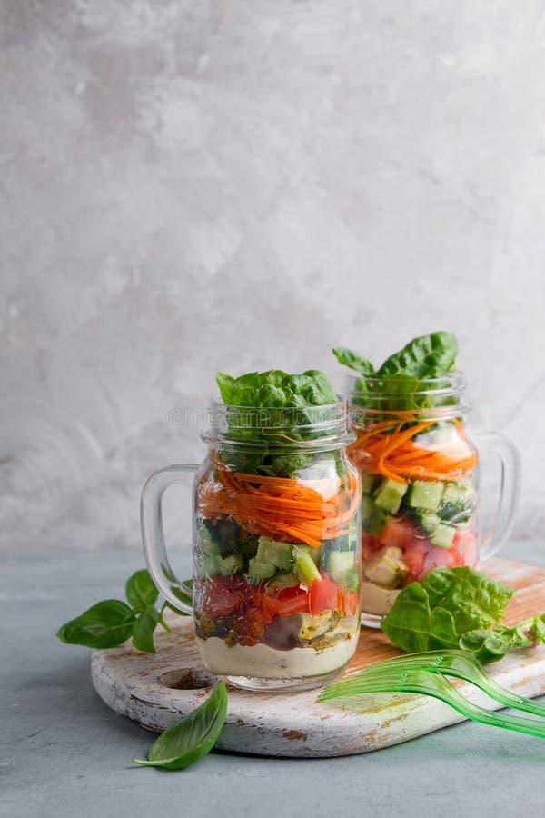 Υγιής σπιτική σαλάτα βάζων κτιστών με το κοτόπουλο και τα λαχανικά στοκ εικόνες με δικαίωμα ελεύθερης χρήσης