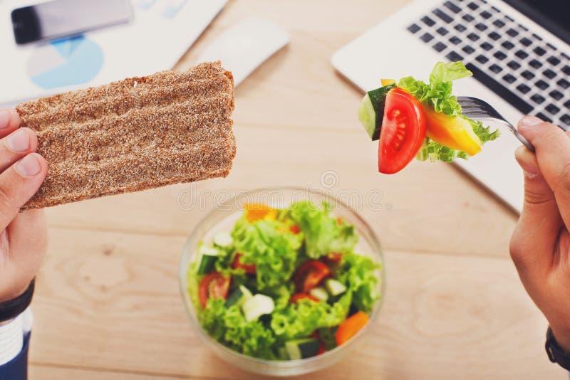 Υγιής τοπ άποψη επιχειρησιακού μεσημεριανού γεύματος στον πίνακα στοκ εικόνες