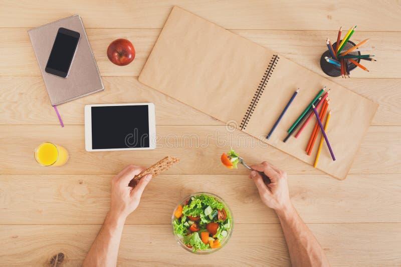 Υγιής τοπ άποψη επιχειρησιακού μεσημεριανού γεύματος στον πίνακα στοκ φωτογραφία με δικαίωμα ελεύθερης χρήσης