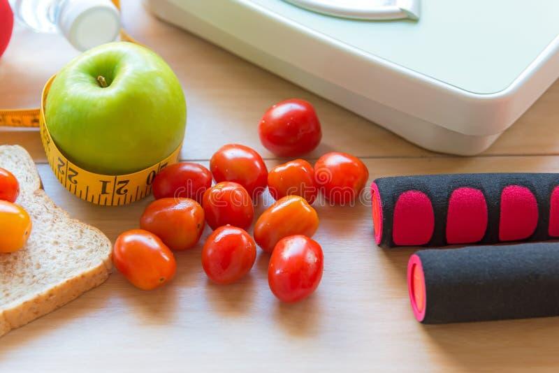 Υγιής τρόπος ζωής για τη διατροφή γυναικών με τον αθλητικό εξοπλισμό, πάνινα παπούτσια, που μετρά την ταινία, τα υγιή πράσινα μήλ στοκ φωτογραφίες με δικαίωμα ελεύθερης χρήσης