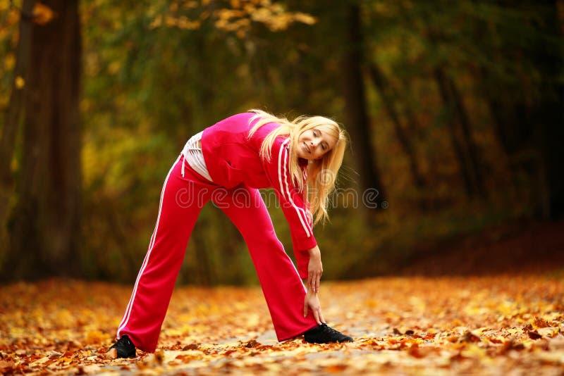 Υγιής τρόπος ζωής. Κορίτσι ικανότητας που κάνει την άσκηση υπαίθρια στοκ φωτογραφία με δικαίωμα ελεύθερης χρήσης