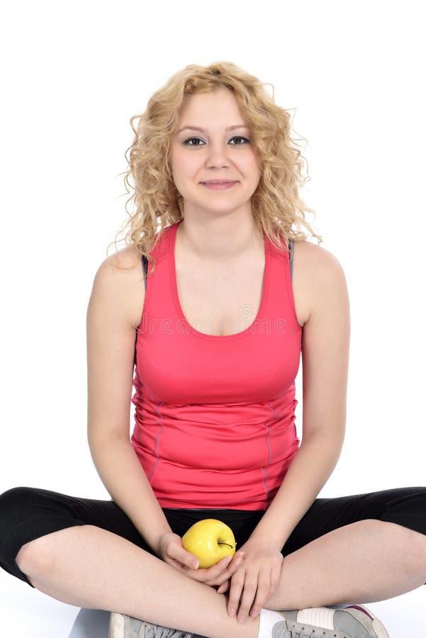 Υγιής τρόπος ζωής - μήλο χεριών γυναικών ικανότητας στοκ εικόνα με δικαίωμα ελεύθερης χρήσης
