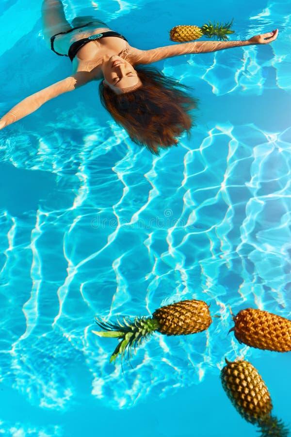 Υγιής τρόπος ζωής, τρόφιμα Νέα γυναίκα στη λίμνη Φρούτα, βιταμίνες στοκ φωτογραφία με δικαίωμα ελεύθερης χρήσης