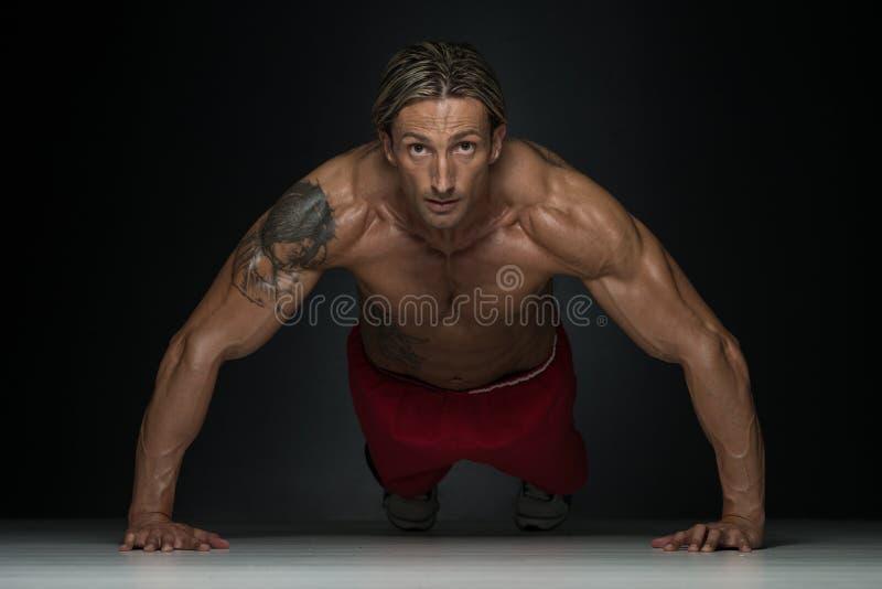Υγιής τύπος Μεσαίωνα που κάνει την ώθηση επάνω στην άσκηση στοκ φωτογραφία με δικαίωμα ελεύθερης χρήσης