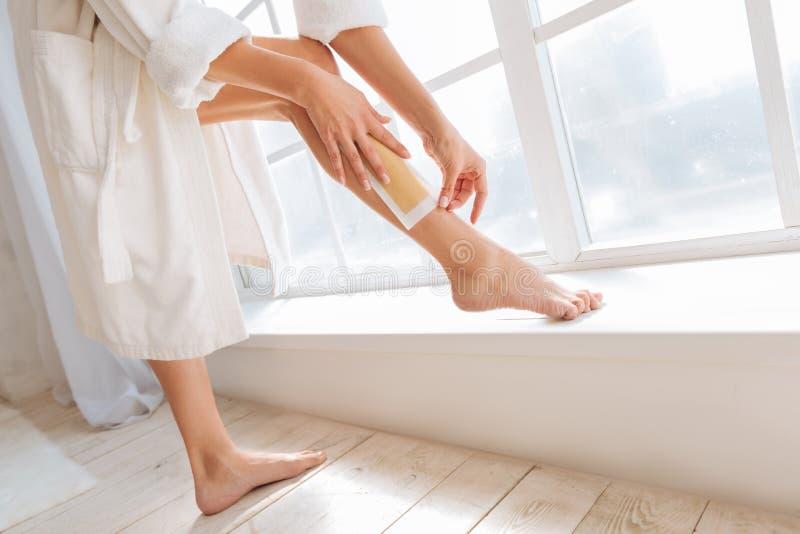 Υγιής φίλαθλη γυναίκα που βάζει το πόδι της στο windowsill στοκ φωτογραφίες με δικαίωμα ελεύθερης χρήσης