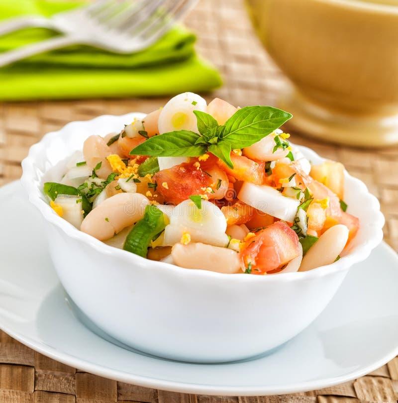 Υγιής φρέσκια σαλάτα φασολιών με την ντομάτα και το αυγό στοκ φωτογραφία με δικαίωμα ελεύθερης χρήσης
