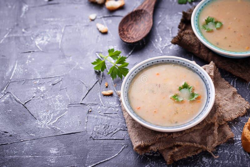 Υγιής χορτοφάγος σούπα μπιζελιών στο συγκεκριμένο υπόβαθρο στοκ εικόνες