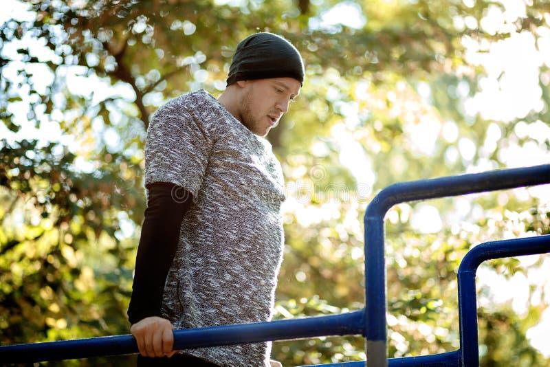 Υγιής όμορφος ενεργός άνδρας με το κατάλληλο μυϊκό σώμα που κάνει workout τις ασκήσεις στοκ φωτογραφία με δικαίωμα ελεύθερης χρήσης