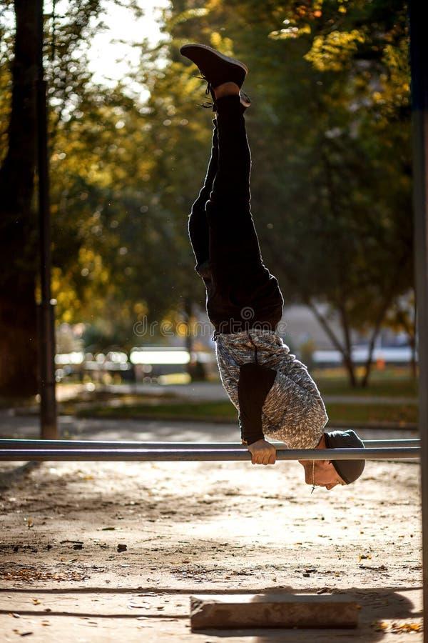Υγιής όμορφος ενεργός άνδρας με το κατάλληλο μυϊκό σώμα που κάνει workout τις ασκήσεις Αθλητισμός και έννοια ικανότητας στοκ εικόνες