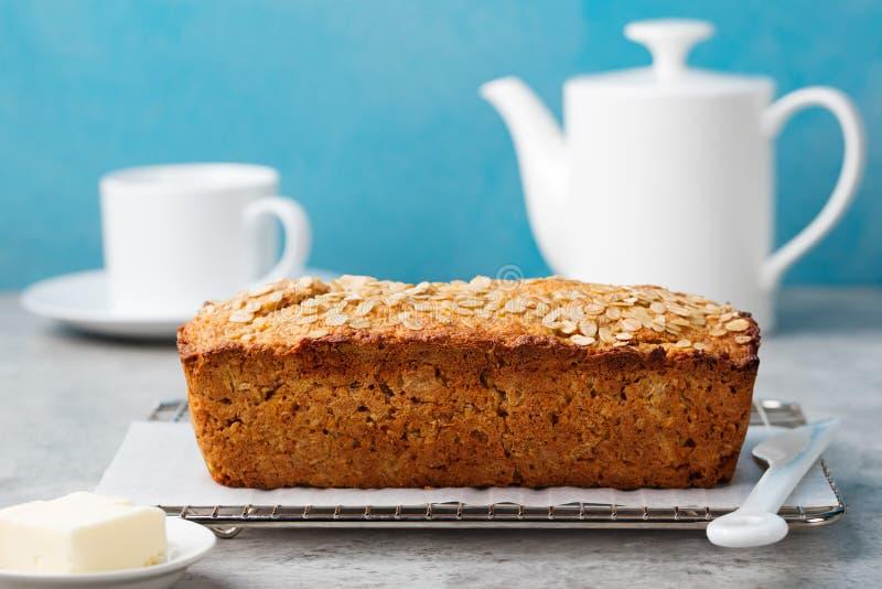 Υγιής vegan βρώμη, ψωμί φραντζολών καρύδων, κέικ σε ένα διάστημα αντιγράφων ραφιών ψύξης στοκ εικόνες
