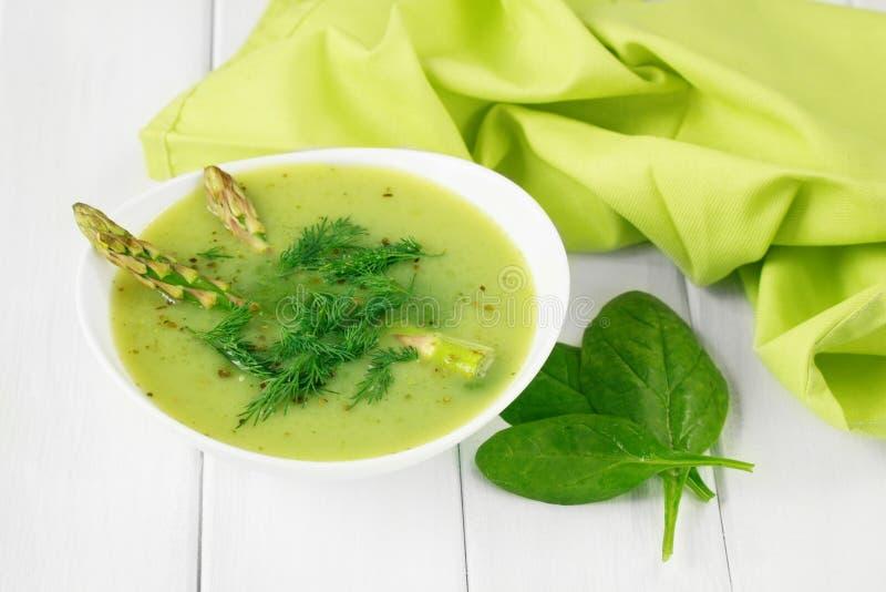 Υγιής vegan σούπα τροφίμων με το σπαράγγι και το σπανάκι στοκ φωτογραφίες