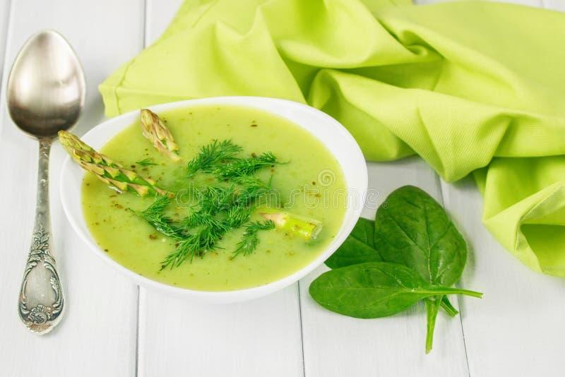 Υγιής vegan σούπα τροφίμων με το σπαράγγι και το σπανάκι στοκ εικόνες