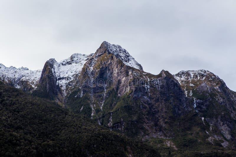 Υγιή βουνά Milford στο νερό στοκ εικόνα