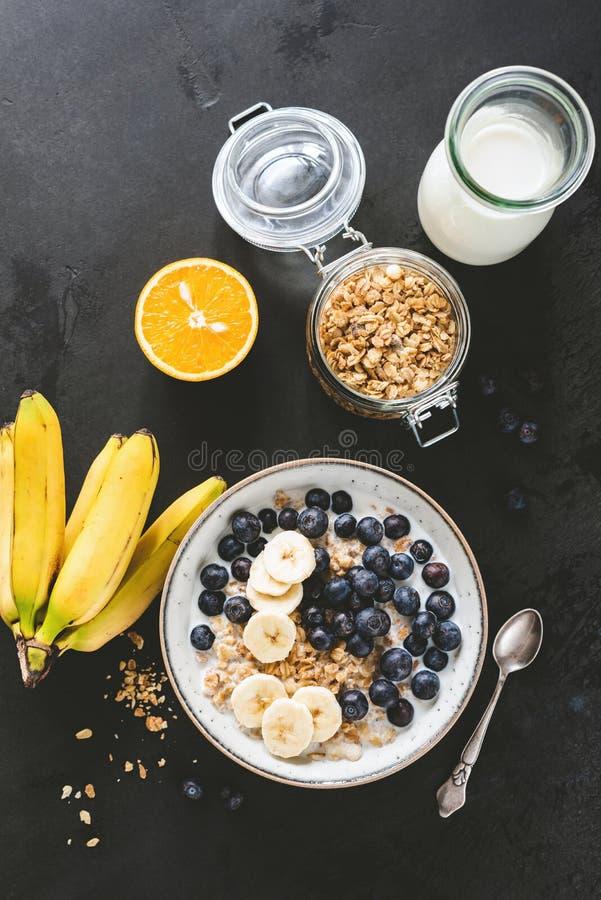 Υγιή δημητριακά προγευμάτων με το γάλα, βακκίνια, μπανάνα στοκ φωτογραφία με δικαίωμα ελεύθερης χρήσης