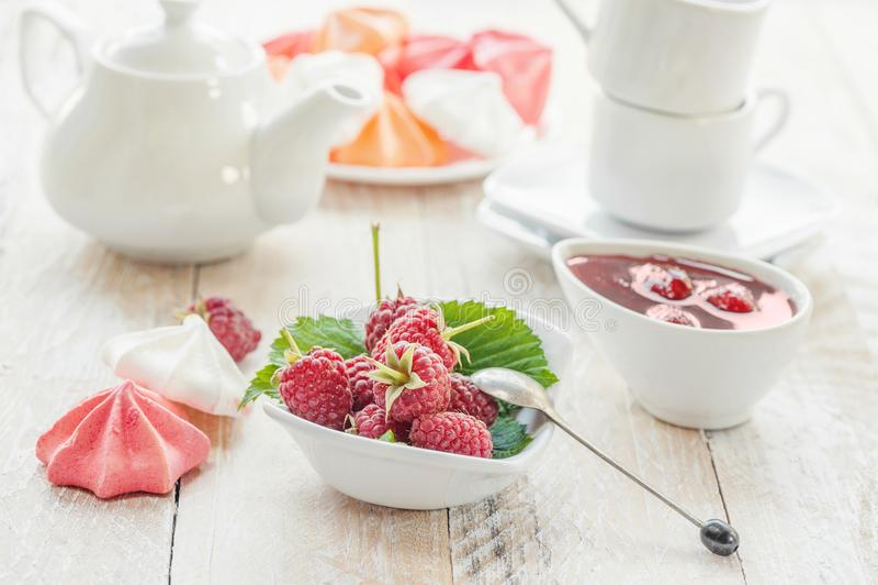 Υγιή δημητριακά προγευμάτων: granola, muesli με τα φρούτα και τις φράουλες και σμέουρο με τα γαλακτοκομικά προϊόντα Λεπτό μούρο στοκ φωτογραφίες με δικαίωμα ελεύθερης χρήσης