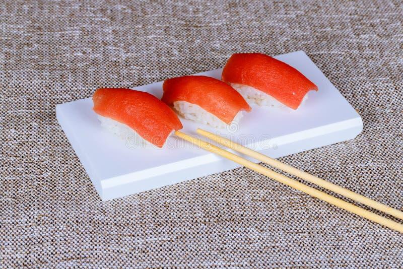 Υγιή ιαπωνικά σούσια Nigiri με το ρύζι και τα ψάρια στοκ φωτογραφία με δικαίωμα ελεύθερης χρήσης