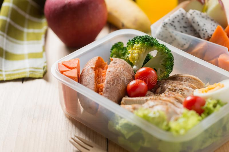 Υγιή καλαθάκια με φαγητό στην πλαστική συσκευασία, το ψημένο στη σχάρα στήθος κοτόπουλου με τη γλυκιά πατάτα, το αυγό και τη φυτι στοκ φωτογραφίες