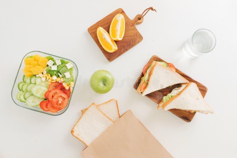 Υγιή καλαθάκια με φαγητό με το σάντουιτς, φρέσκα λαχανικά, φρούτα από το topview στοκ εικόνα