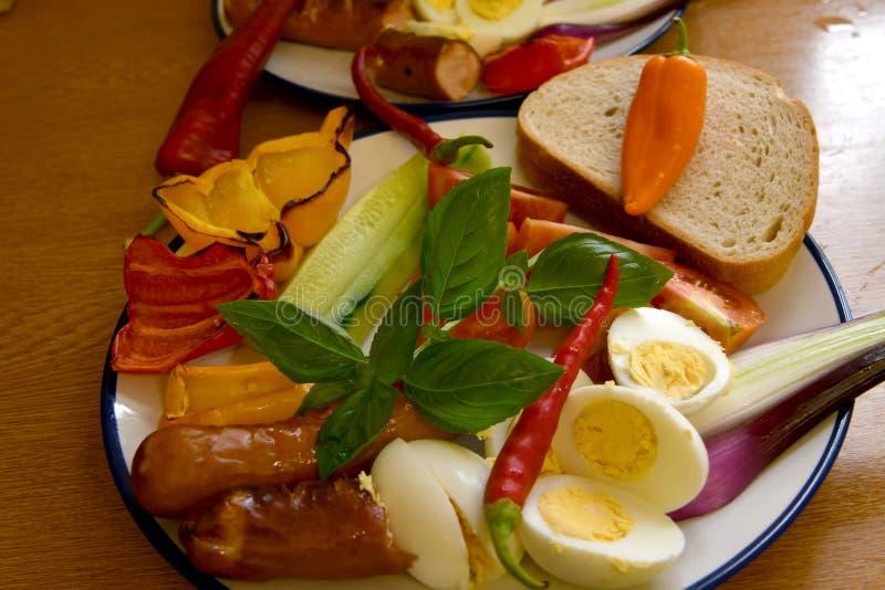 Υγιή οργανικά προϊόντα για το πρόγευμα σε ένα πιάτο στοκ φωτογραφίες