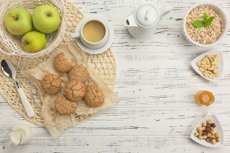 Υγιή συστατικά προγευμάτων Oatmeal και αμυγδάλων μπισκότα, καρύδια στοκ εικόνες