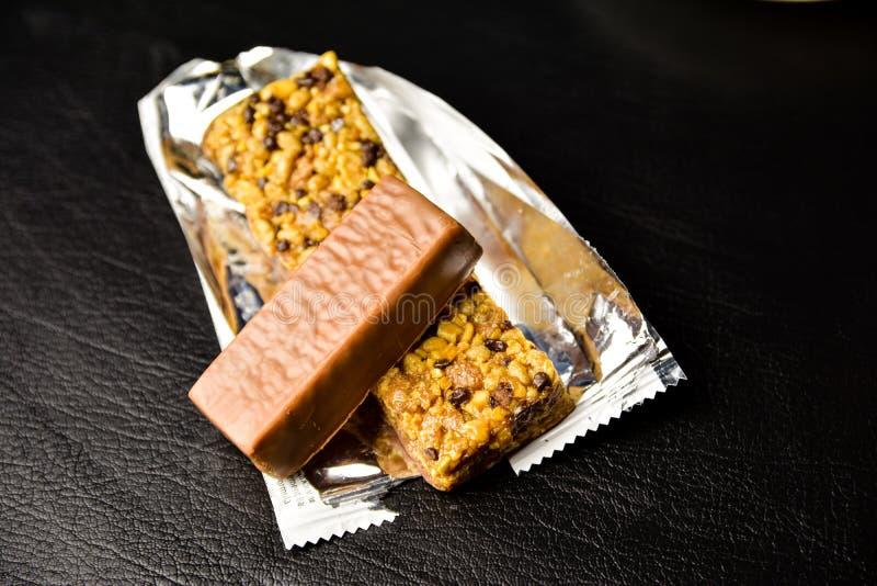 Υγιή τρόφιμα, εναλλακτικά τρόφιμα, πρωτεϊνικοί φραγμοί σε ένα περιτύλιγμα στον πίνακα στοκ εικόνα