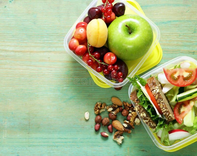 Υγιή τρόφιμα - καλαθάκι με φαγητό στοκ εικόνα