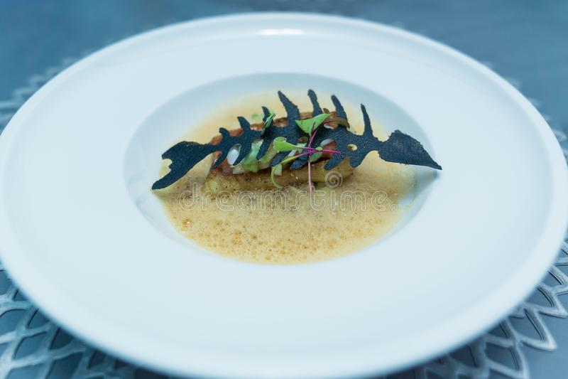 Υγιή τρόφιμα με τις επιλογές ψαριών στο άσπρο πιάτο στοκ φωτογραφία