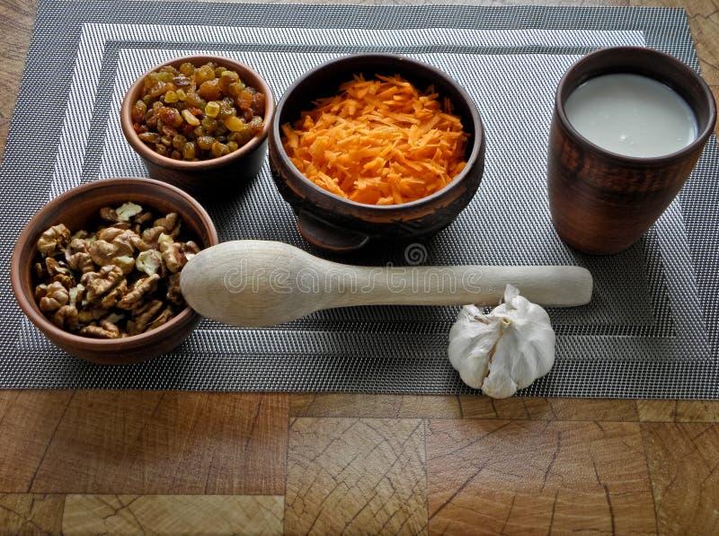 Υγιή τρόφιμα σε ένα καφετί πιάτο αργίλου με ένα ξύλινο κουτάλι στον πίνακα στοκ φωτογραφίες