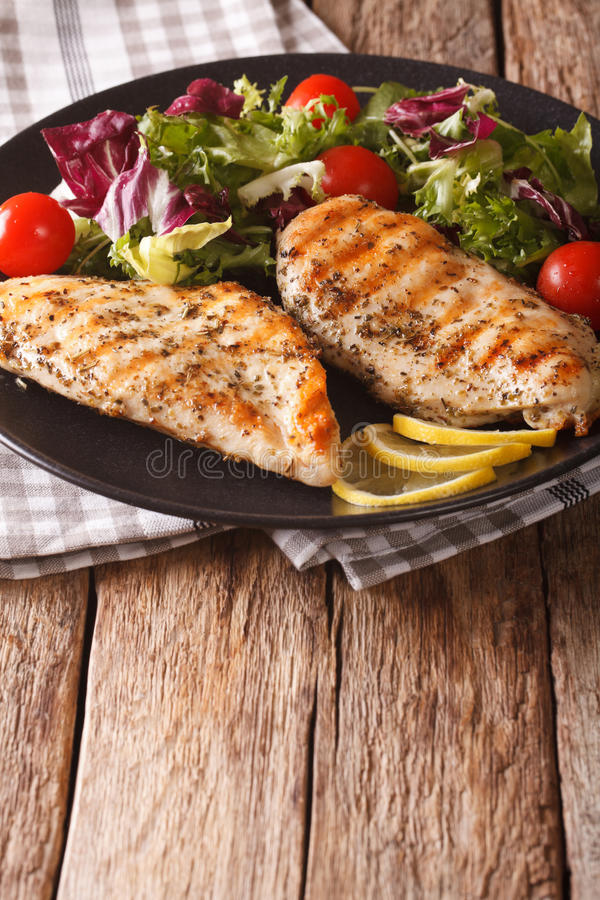 Υγιή τρόφιμα: ψημένη στη σχάρα σαλάτα κοτόπουλου και μιγμάτων του ραδικιού, ντομάτες στοκ εικόνα