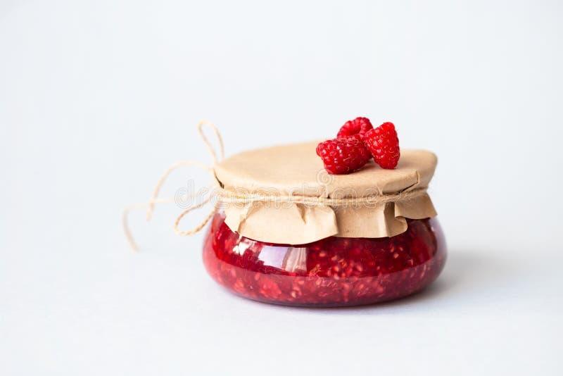 Υγιή φρέσκα σμέουρα, σπιτική μαρμελάδα σε ένα βάζο στοκ εικόνα