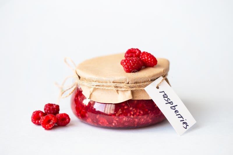 Υγιή φρέσκα σμέουρα, σπιτική μαρμελάδα σε ένα βάζο στοκ φωτογραφία με δικαίωμα ελεύθερης χρήσης