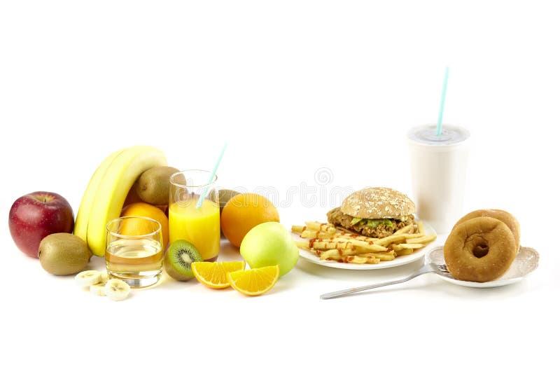 Υγιή φρούτα εναντίον των τροφίμων παλιοπραγμάτων στοκ φωτογραφίες με δικαίωμα ελεύθερης χρήσης