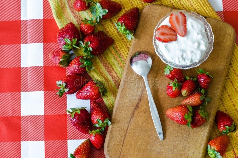 Υγιή φρούτα πιό breakfest με το φρέσκο γιαούρτι στο μικρό κύπελλο γυαλιού, τις ώριμα φράουλες και το κουτάλι επιδορπίων στοκ φωτογραφίες με δικαίωμα ελεύθερης χρήσης
