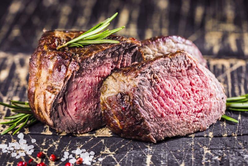 Υγιή ψημένα στη σχάρα μέσος-σπάνια μπριζόλα και λαχανικά βόειου κρέατος με τις ψημένες πατάτες στοκ εικόνες