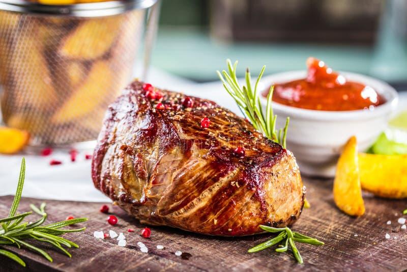 Υγιή ψημένα στη σχάρα μέσος-σπάνια μπριζόλα και λαχανικά βόειου κρέατος με τις ψημένες πατάτες στοκ εικόνες με δικαίωμα ελεύθερης χρήσης