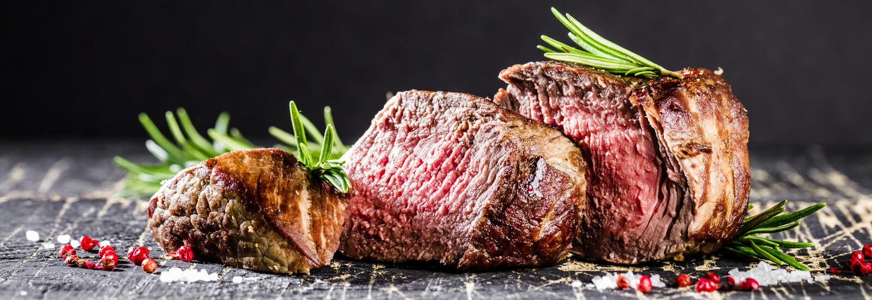 Υγιή ψημένα στη σχάρα μέσος-σπάνια μπριζόλα και λαχανικά βόειου κρέατος με τις ψημένες πατάτες στοκ εικόνα με δικαίωμα ελεύθερης χρήσης