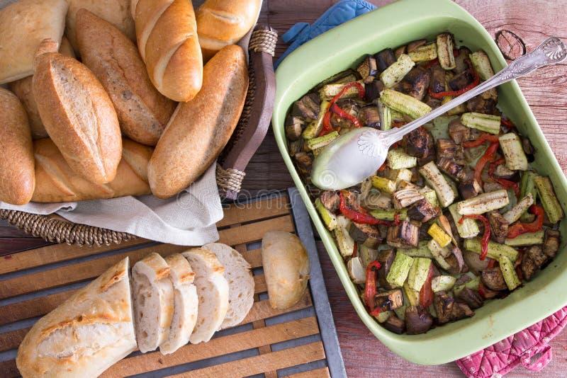 Υγιή ψημένα φρέσκα λαχανικά με τους ρόλους ψωμιού στοκ φωτογραφία με δικαίωμα ελεύθερης χρήσης