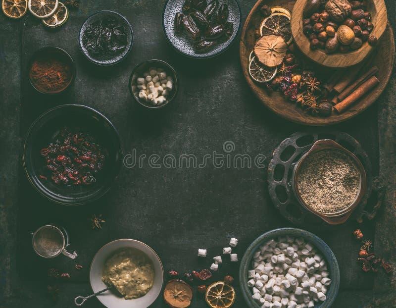 Υγιή vegan συστατικά τρουφών: ημερομηνίες, ξηρά τα βακκίνια, δαμάσκηνα, καρύδια, κόλλα αμυγδάλων, αλεσμένα αμύγδαλα, σκόνη κακάου στοκ φωτογραφίες