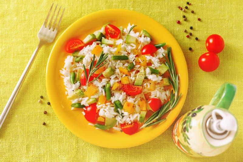 Υγιή vegan τρόφιμα Ρύζι με τα λαχανικά και το αβοκάντο στοκ εικόνα με δικαίωμα ελεύθερης χρήσης